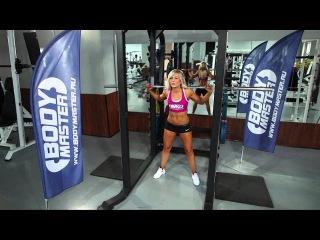Девушка спортсменка в спорт зале Парни в шоке