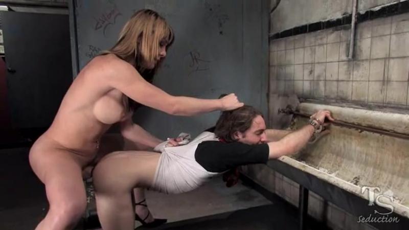 шикарная Shemale изнасиловала парня в туалете gloryhole измена