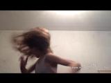 Как девушка танцует на вечеринке с друзьями и без друзей...