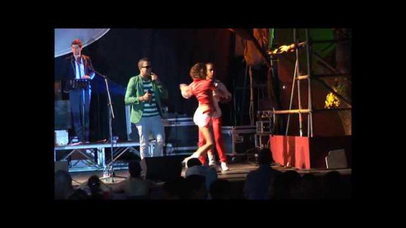 Carlos Rodriguez e Magdalena Liuzza bailando al concierto del Grupo Extra ROMA 2012