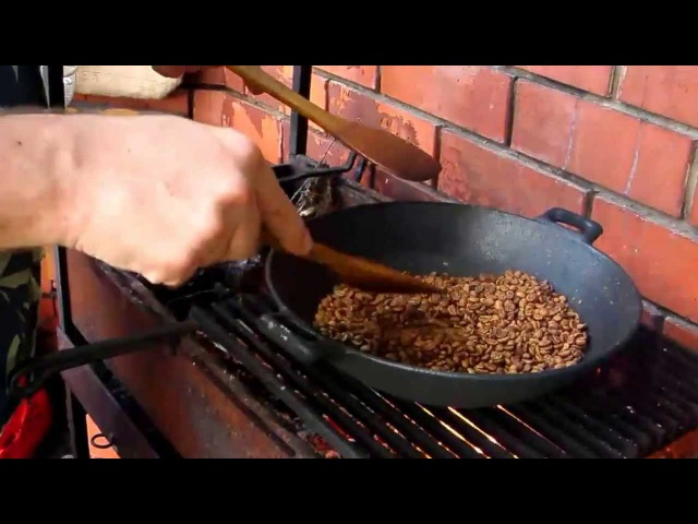 Зеленый кофе обжарка на открытом огне