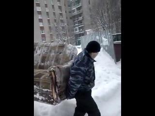 Прикол в Рязани спуск дивана с 6 этажа в мире экшен прикол обманули Рязанских грузчиков часть 2