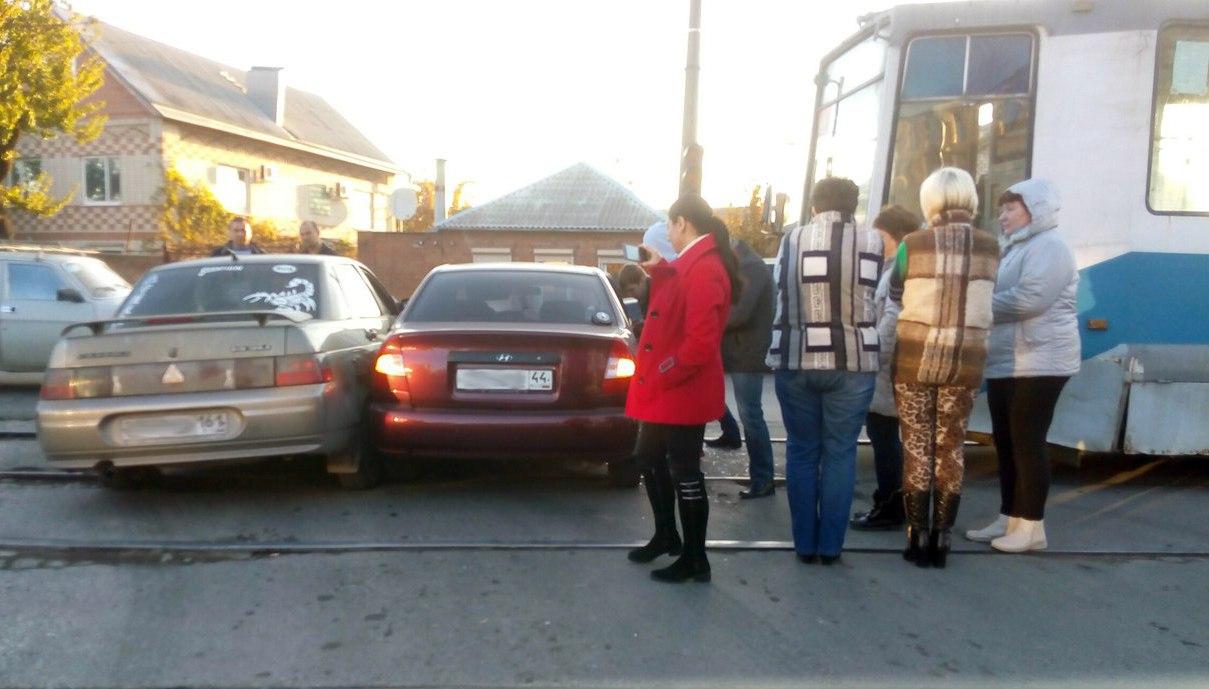 В Таганроге трамвай протаранил две легковушки, стоящих на путях