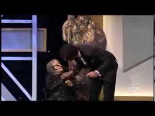 Шокирующее видео: Саша Барон Коэн на церемонии вручение Эмми убил бабушку!!