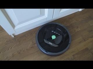 робот-пылесос чистит Светину комнату