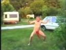 Голый дебил танцует крабика в Амереке.
