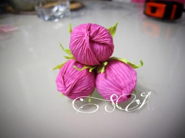 Роза - орешек из гофрированной бумаги с конфеткой.