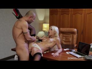 Красивая секретарша развинула сексуальные ноги перед боссом