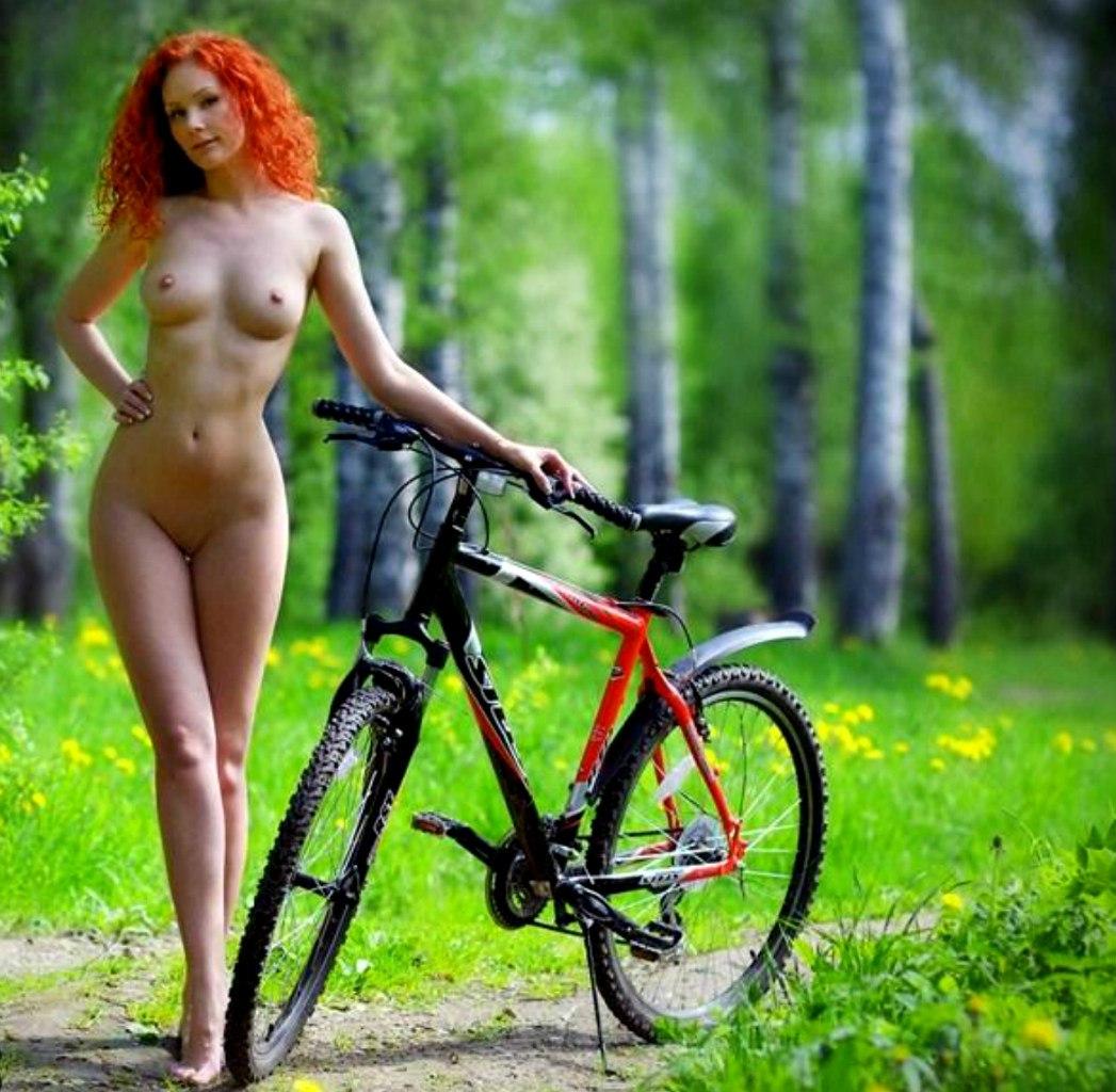 golie-devki-na-velosipede