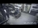 Девушка избила троих парней в кафе