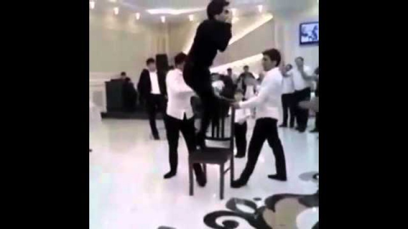Джигит танцует на стуле!прикольно!
