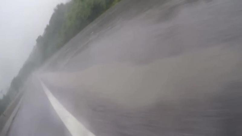 Падение мотопары в дождь