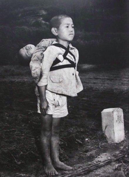 Братья из Нагасаки Вскоре после бомбардировки города, была сделана данная фотография. Младший брат мертв и прикреплен к спине старшего брата, который несет его в крематорий. Даже наблюдая, как
