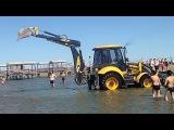 Как тракторист помог двум внедорожникам выбраться из морского песка