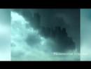 Огромный таинственный город небоскребов, как бы плавающий в облаках.