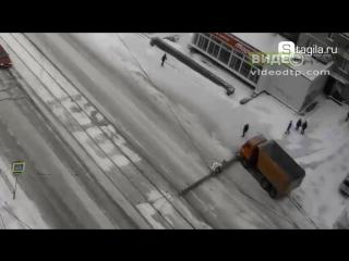 В Нижнем Тагиле КамАЗ врезался в опору уличного освещения | ДТП авария