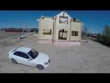 Квадракоптер снимает строительство дома из клееного бруса.