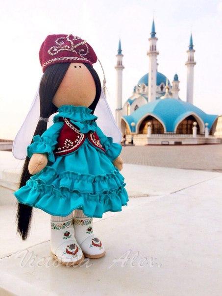 Куколка в татарском национальном костюме, на фоне мечети Кул-Шариф. Казань…. (2 фото) - картинка