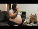 пузатая толстушка объедается гамбургерами