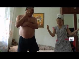 Дочь учит танцевать отца под PSY Gentleman