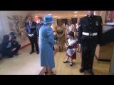 Солдат случайно ударил девочку, подарившую цветы Елизавете II