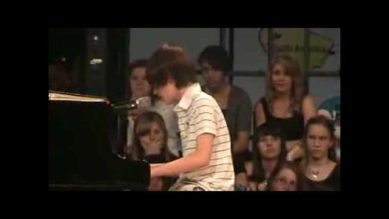 Мальчик поет песню Леди Гага-Папараци