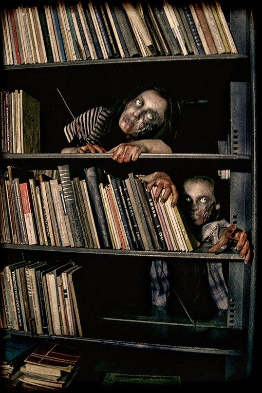 <Хотя все ярусы, на которых они побывали, казались совершенно покинутыми, и ни следа библиотекарей или других созданий здесь заметно не было, именно здесь все время хотелось обернуться, чудилось, что сквозь книжные полки за ними кто-то внимательно наблюдает>…