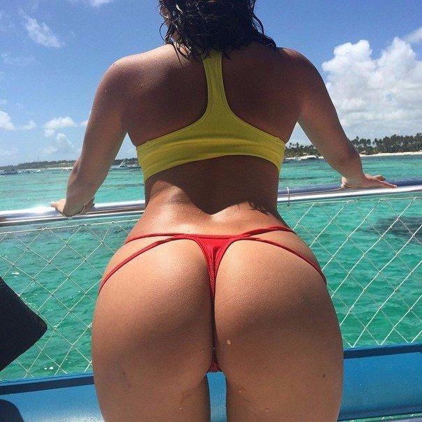 голые возле воды фото