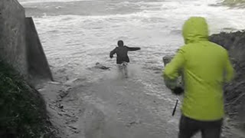 Un homme sauve deux retraités de la noyade dans le Finistère en Bretagne (VIDEO)