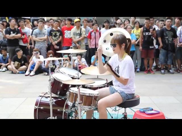 Amazing Girl Drummer Street Performance Невероятное выступление девушки барабанщицы