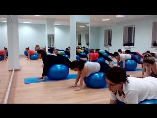 занятие на мячах очень помогает вашему телу становится здоровым и красивым.