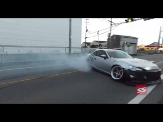 V8 FRS drifting the streets of Japan