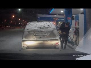 4 января 2016 на заправке в городе Сургуте девушка решила нагреть зажигалкой ключ зажигания для закрытия топливного бака