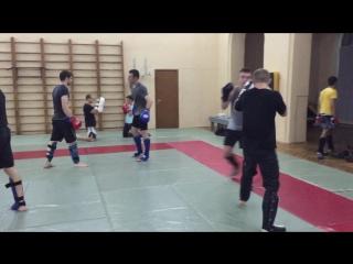 Повторные атаки, ложные движения, комбинации (проход в ногу — бросок через спину), смену захватов. Спортивный клуб боец - Боец.