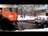 В Жуковском коммунальщики разорвали автомобиль, доставая его из ямы