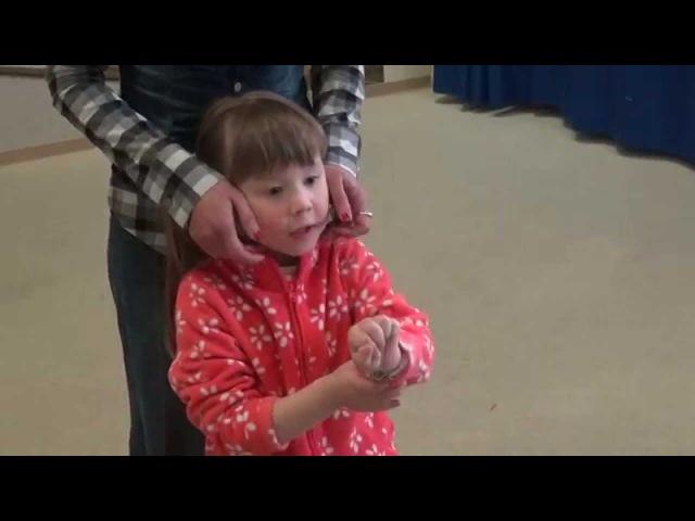Логопед. Легкий массаж ребенка для стимуляции мышц.