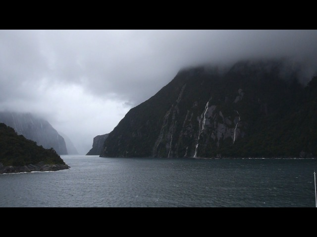 Milford Sound : New Zealand, the land of the long white cloud