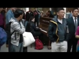 Пианист – виртуоз присел за клавиши фортепиано в зале аэропорта
