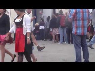 Queue at the Ladies Room during Oktoberfest 2 (anstehen vor dem Damenklo 2)