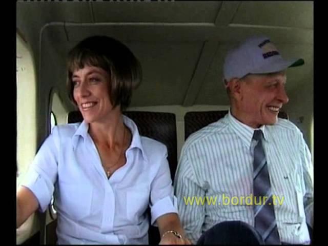 Скрытая камера. Пилот выходит из самолета. Оставшийся пасажир вспоминает прожитую жизнь