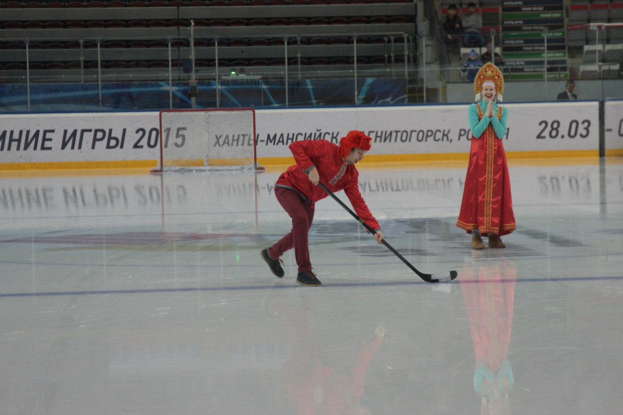 И на льду мы развлекаем публику, пока хоккеисты чай пьют