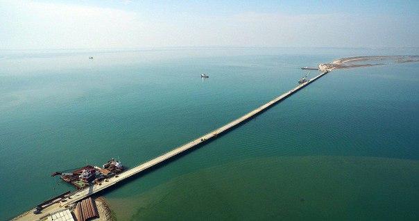 По технологическому мосту (РМ-1) через Керченский пролив прошли первые грузовики.