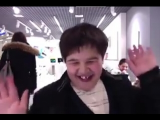мальчик танцует в магазине apple