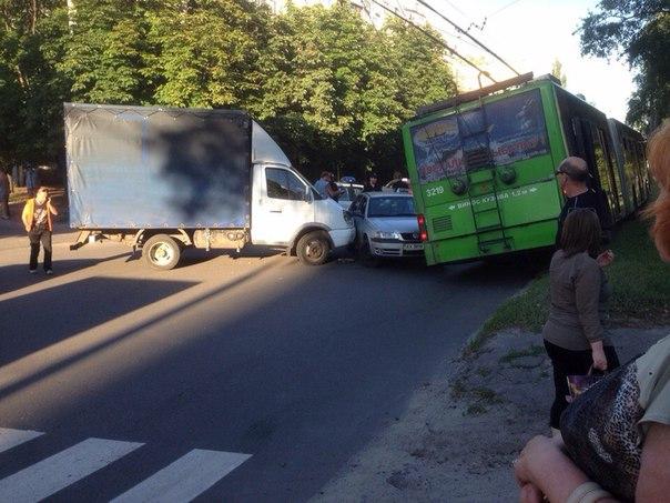 Троллейбус выбросило на тротуар в Харькове (ФОТО, ВИДЕО)
