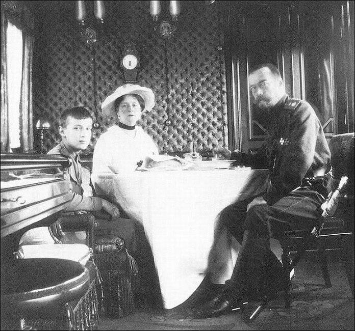 Иператорский вагон-трапезная (царская семья за обедом)