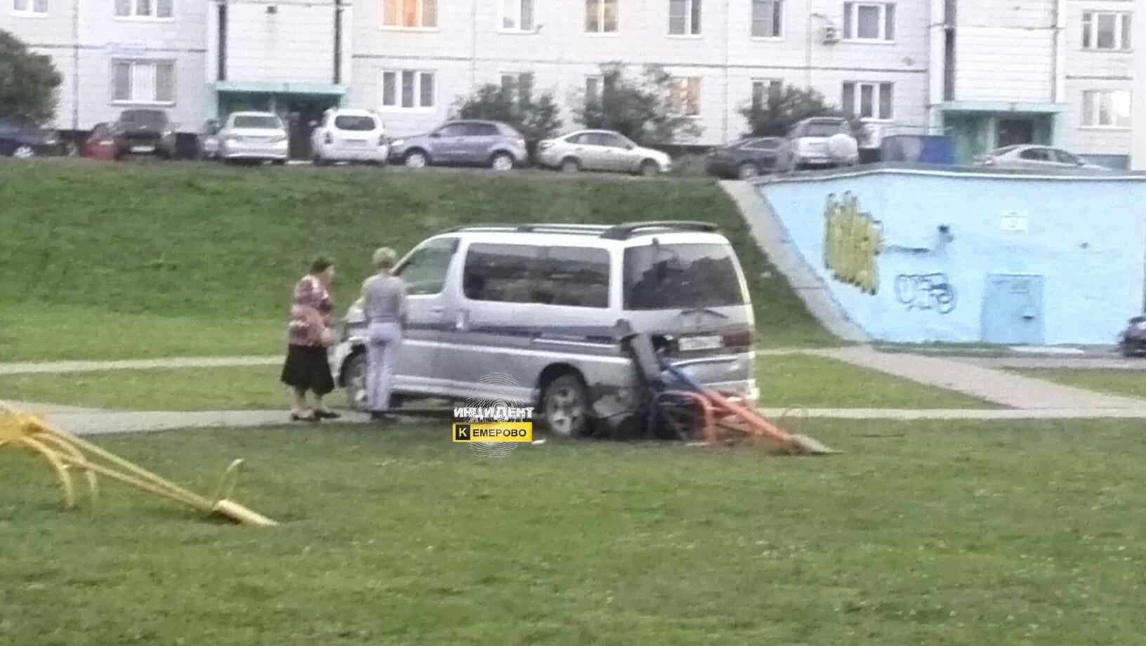 Нетрезвый шофёр чуть незадавил детей надетской площадке вКемерове