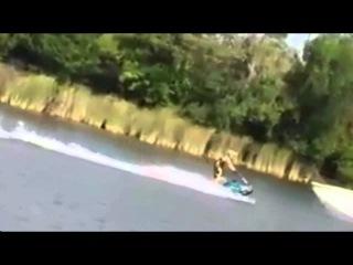 Крутой трюк на водном мотоцикле