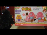 Алиса открывает игрушку Домик-грибок