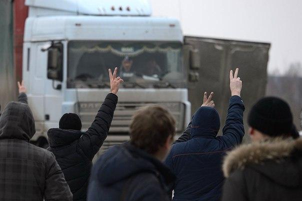 Дальнобойщиков, которые готовят новые протесты, в Госдуме хотят задобрить, а в регионах - обложить допсбором