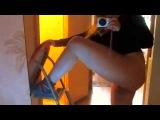 Ксюша Атаева вкручивает лампочку (подсвеченное видео)
